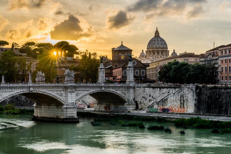 Sunset Rome - Sint-Pieter - Zonsondergang in Rome - Foto genomen vanaf de brug over de Tiber naar de Engelenburcht.