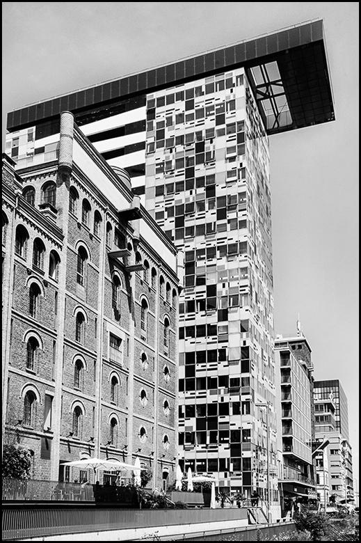 German architecture 15 - Daar waar vroeger complete gebieden met oude gebouwen werden afgebroken en van nieuwe voorzien, wordt nu gelukkig het eea geh