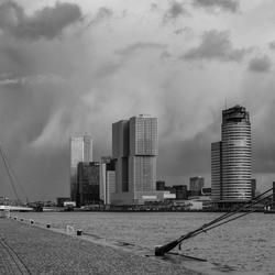 Regenbui boven de haven