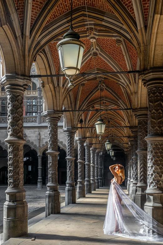 Sun lover - De Handelsbeurs in Antwerpen is een prachtig decor voor portret foto&#039;s. Zeker als de zon heerlijk naar binnen schijnt!<br /> <br />