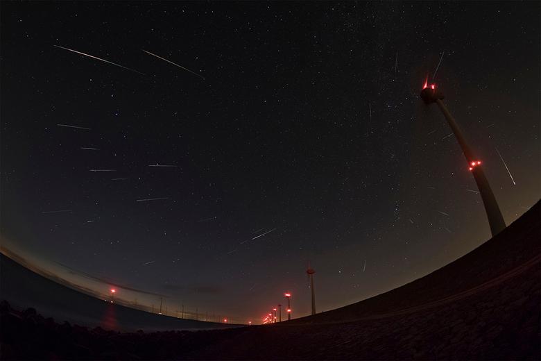 Perseid meteor shower 2017 - 30 Perseid meteoren van de jaarlijkse meteoren regen. De meteoor aan de rechter kant is geen Perseid maar die was wel hee
