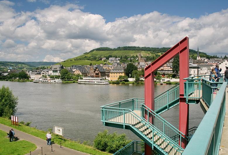 Traben-Trarbach - ligt aan een smalle bocht in de Moezel, omringd door bossen en uitgestrekte wijngaarden.<br /> De rivier snijdt het stadje in twee