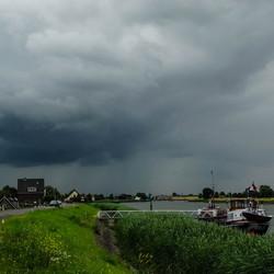 Donkere wolken boven de rivier