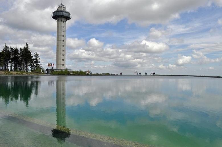 The sky is the limit ! - Foto gemaakt in Willingen (D). Spiegeling van de uitkijktoren en de mooie wolkenlucht in het water.