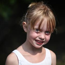 straatopname van een kleine meid.