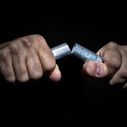 Ijzer met handen breken