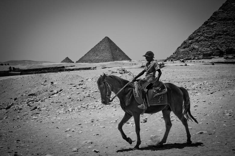 Jongen bij Piramide - In zwart-wit geconverteerd met Lightroom