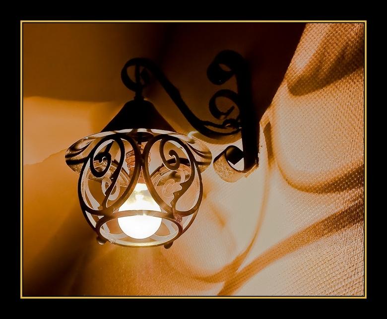 old shadow - In het trappenhuis van het geboortehuis van Corneille in Rouen hing deze oude lamp. Het roest zit er op, alleen het peertje is van deze t