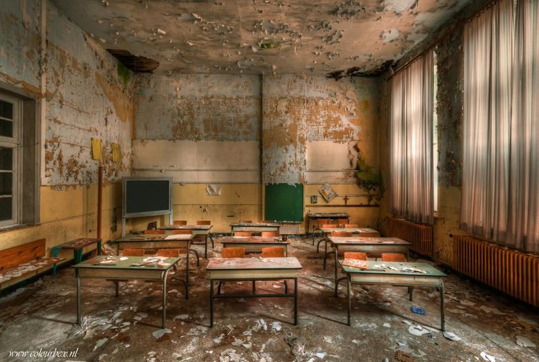 Terug naar school - Terug in de schoolbankjes..<br /> <br /> Een oude verlaten school die op instorten staat.<br /> <br />