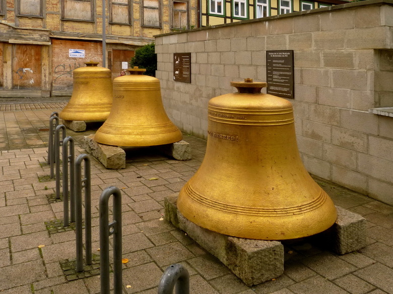 Te zwaar. - Foto van de klokken die te zwaar werden voor de toren van evangelisch-lutherse Bergkirche St Barholomáus, in Blankenburg Harz gebied Duits
