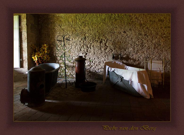Baden in de middeleeuwen - Hierbij een opname van een badkuip uit het kasteel Meung sur Loire. Het is genomen in de kelder van het kasteel. Het laken
