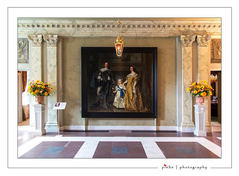 Paleis Het Loo 6 - Hier een opname vanuit de hal van paleis het Loo. Overal in het kasteel kom je deze prachige verse bloemen tegen.<br /> <br /> Gr