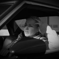 vriendin in auto