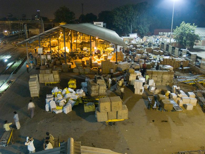Pakkettendepot New Dehli treinstation - Het is bijna niet te geloven dat ze hier, feilloos je pakje kunnen vinden.