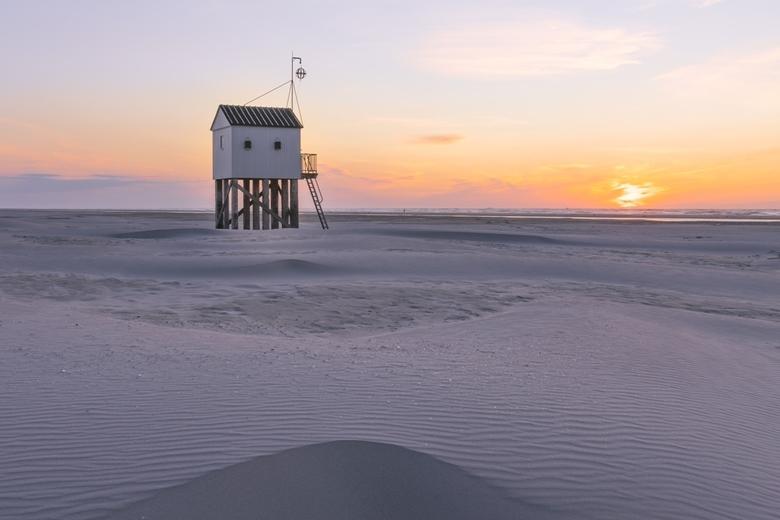 Drenkelingenhuisje tijdens zonsondergang - Het drenkelingenhuisje op Terschelling, ligt vrij afgelegen. Vanaf de dichtstbijzijnde strandtent, is het 6