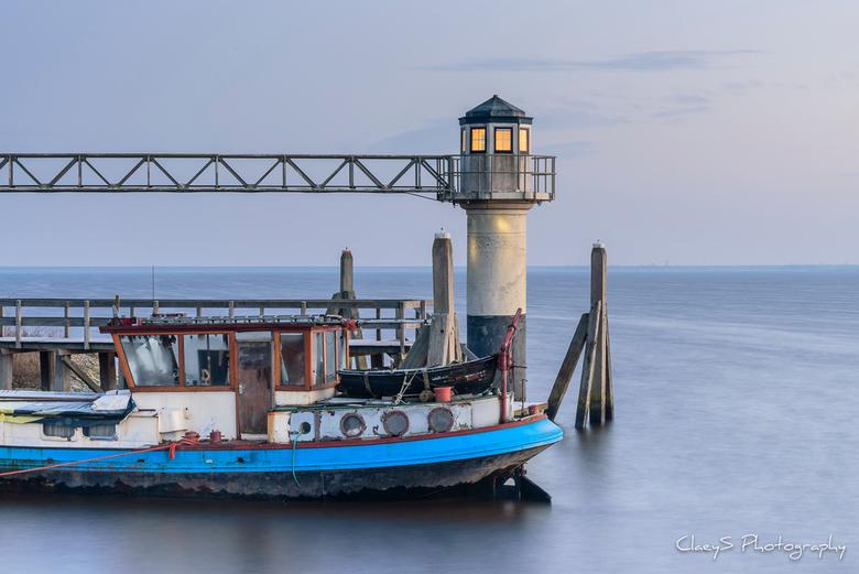 Oostmahorn bij zonsopgang - Vroege ochtend in de haven van Oostmahorn, Friesland.<br /> <br />
