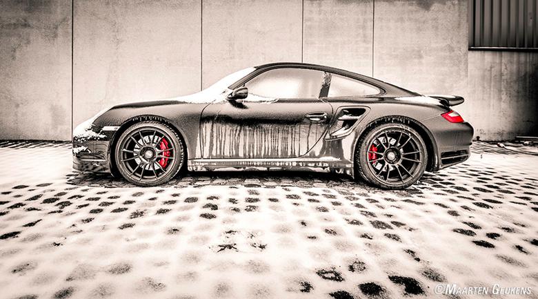 Porsche - Deze bevroren Porsche hellemaal alleen onbewaakt op een parking in de haven