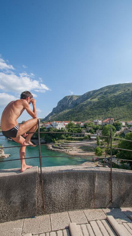Ready to jump - Van de Stari-most (oude brug) in Mostar,Bosnië wordt er nog traditioneel gesprongen in de Neretva rivier. Ook voor de toeristen kan er