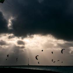 Kitesurfers bij de Zandmotor - Den Haag