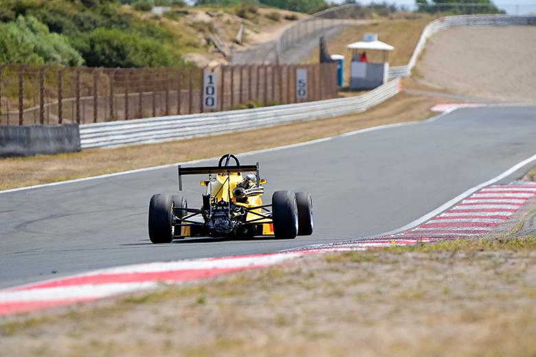 Racing - snelheid maken op het rechte stuk ! In de verte de verantwoordelijke marshal