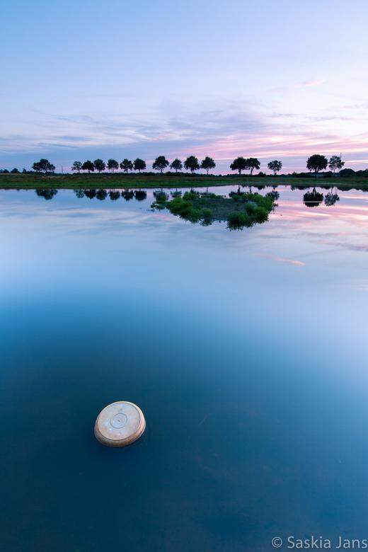 A Bucket empty of water - Vanavond, heb ik aan de rand van het Bongeveen, met 1 statiefpoot in het water, van de natuur en de zonsondergang genoten.
