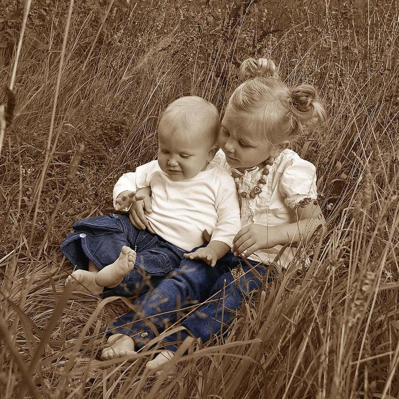 Sabine - jeans 4 - spelen in het gras
