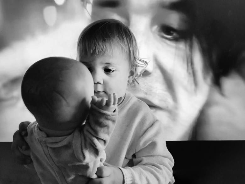 Over je schouders - Deze foto was een 'per ongeluk', ik wilde een foto maken van mijn zoon die met zijn pop aan het spelen was en daarna zag ik dat de