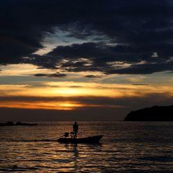 Kleine thai vissersboot 's avonds