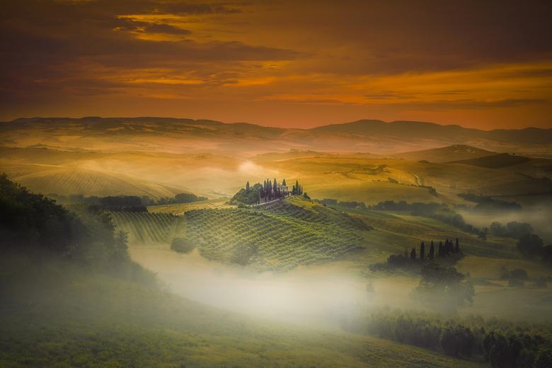 Ochtendmist ... - Voor deze foto ben ik omstreeks 4.30 uur opgestaan op vakantie in Toscane. Ik keek naar de lucht, vol met wolken en een lichte mieze