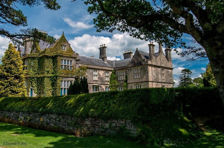Muckross House - 1 - Muckross House gebouwd in 1843 met maar liefst 56 kamers. In 1850 ingericht en aangepast voor het bezoek van Koning Victoria in 1