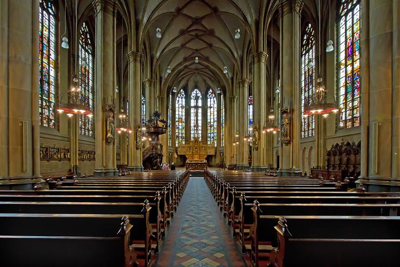 Sint-Nicolaasbasiliek 2 - De Sint-Nicolaasbasiliek is een rooms-katholieke basiliek in IJsselstein. Deze driebeukige hallenkerk werd tussen 1885 en 18