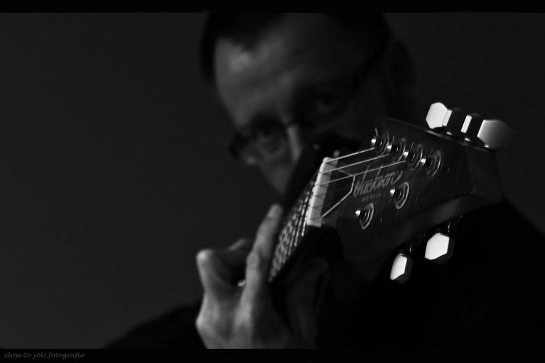 music by Jackson and my husband.... - hier een detail van de gitaar van m'n man... heerlijk scheuren met de Jackson, en hoe wonderlijk goed dat v