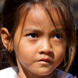Faces of Cambodja -31- verlegen meisje