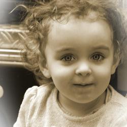 het kleine meisje zou zo uit de poppenwinkel