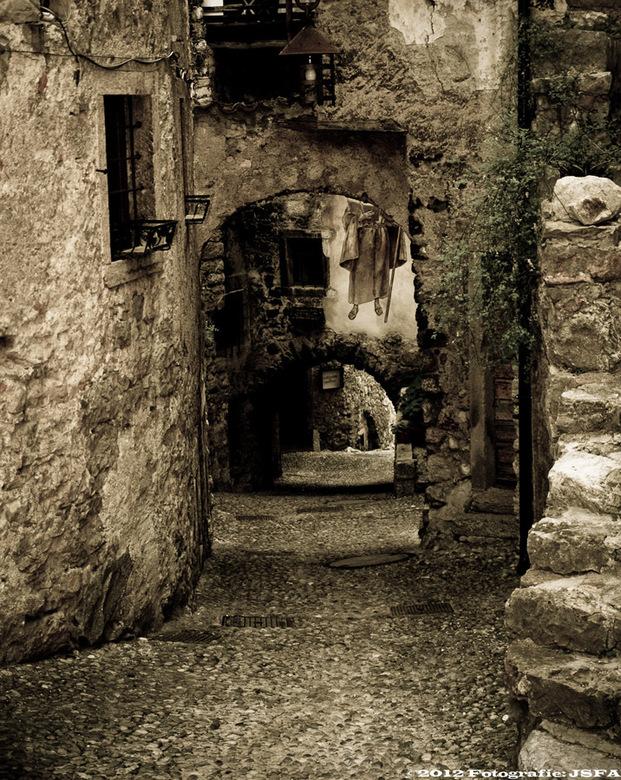 Vervlogen tijd......?? - Toch niet..............Gardameer Italie, op zoek naar steegjes voor het echte Italiaanse gevoel. Et voila.....een zeer oud en
