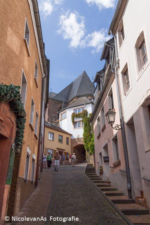 Saarburg 5 - Hoogteverschil in het oude centrum van Saarburg.  Woningen zijn gebouwd tegen de berg.  Het bergriviertje de Leuk loopt achter deze wonin