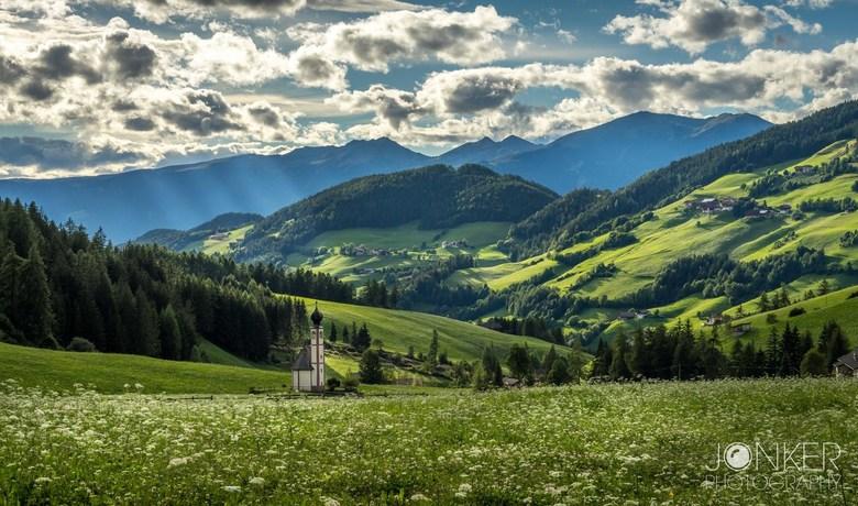 Choose to shine - Prachtige omgeving van Val di Funes in de Dolomieten. Het bekende kerkje maar dan vanaf de andere kant gefotografeerd. Het was bewol