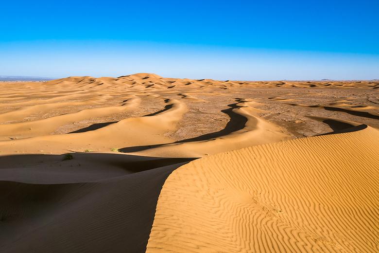 Erg Chigaga - En dus weer een zandduin in Erg Chigaga, Sahara, Marokko. De lijnen vind ik erg mooi hier. Ze leiden je naar het hoge duin toe.