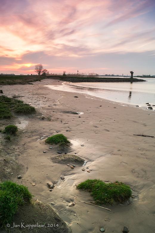 Lexmond - Vanavond naar Lexmond gereden om de zonsondergang te fotograferen aan rivier De Lek. Via google maps had ik al gezien dat het gebied mooi mo