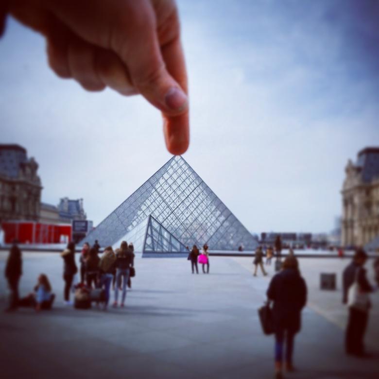 louvre is niet groot - Foto gemaakt in parijs