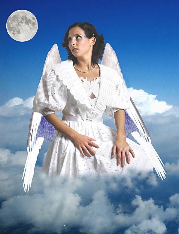 Engel Do kijkt naar de maan - Engel Do zweeft boven de aarde en kijkt naar de maan.