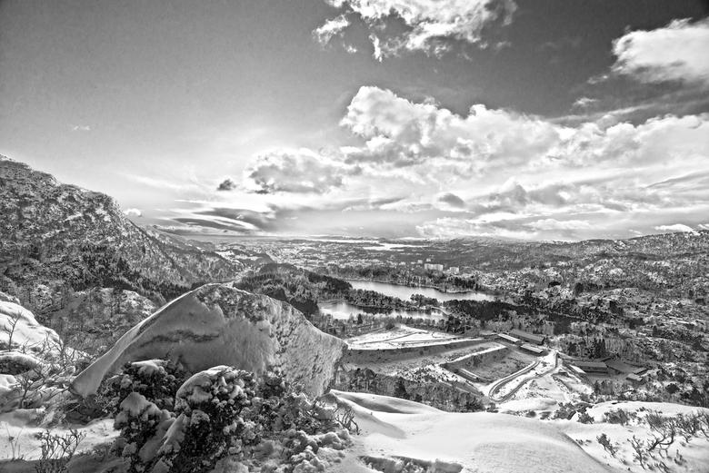 Bergen 2 - HDR bewerking, en daarna omgezet naar zwart wit. Foto gemaakt in de bergen nabij de plaats Bergen in Noorwegen. HDR bewerking is misschien