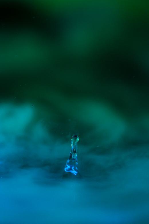 """Liquid Art 2 - Druppel is niet zoveel bijzonder maar vond de sfeer wel mooi, alsof tie naar het Noorderlicht aan kijken is <img  src=""""/images/smileys/"""