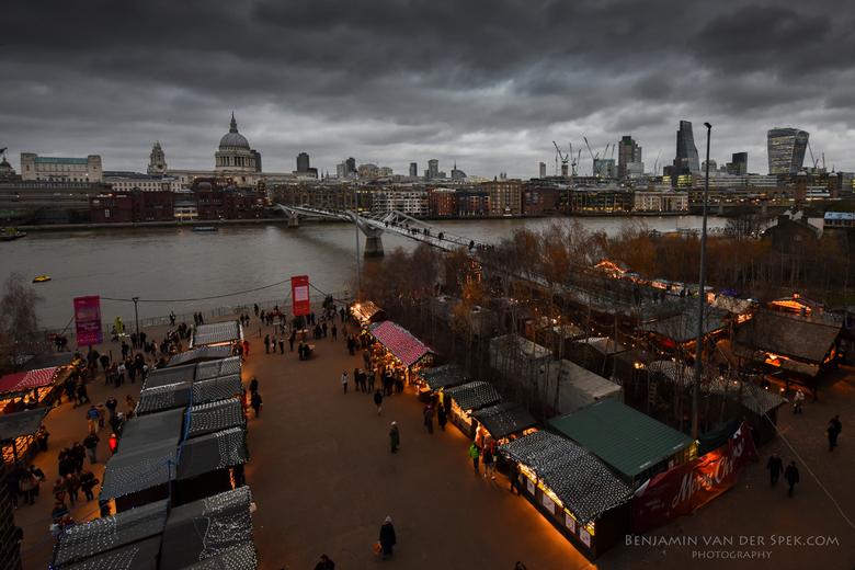Kerstmarkt op de zuid-oever - Kerstmarkt voor Tate Modern met de City op de achtergrond - Londen, Engeland