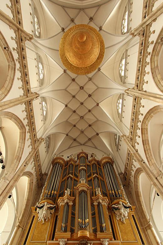 Interieur Eusebiuskerk Arnhem - Deze foto werd uit de hand genomen. Achteraf gezien had ik nog iets beter op mijn positie moeten letten, het dakgewelf