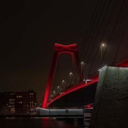Willemsbrug Rotterdam in de avond