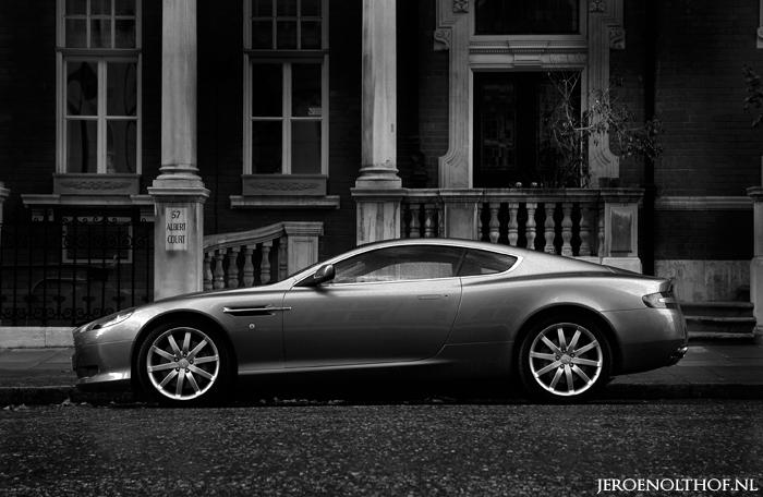 Aston Martin DB9 - Net achter de Royal Albert Hall. Veel Britser wordt het niet zou je bijna zeggen. Een Engelse auto met de typerende Engelse huizen