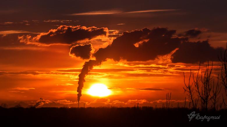 wolken fabriek - vanuit de flat gefotografeerd.