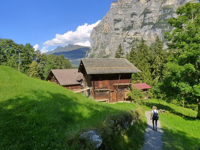 Zwitserland. - Mooi spannende afdaling van Mürren naar stechelberg Zwitserland.<br /> <br /> 7 september 2014.<br /> groetjes Bob.