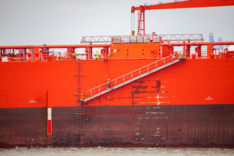 Men working  - Tanker Petroatlantic uitgaand naar zee, mannen controleren de gangway nog even voor dat de loods van boord gaat.
